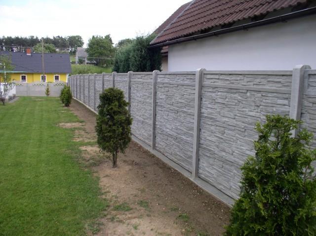 Ukázka harmonizace betonového plotu se zahradou
